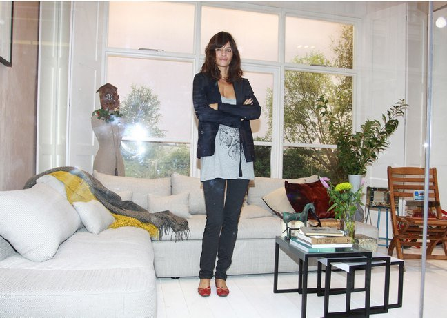 Helena Christensen red shoes, black jeans, white long tshirt, black blazer