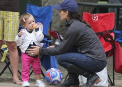 Jennifer Garner And Her Daughters Hang Out At The Park