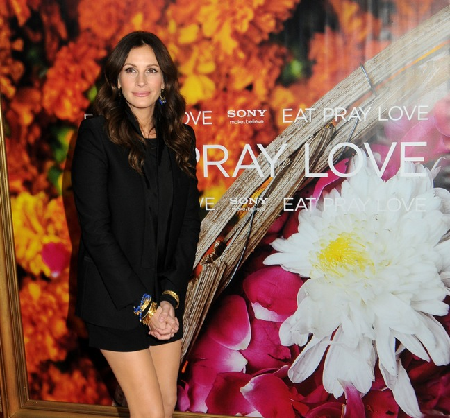 Julia Roberts, Black Jacket, strappy black heels, black shorts, bracelets