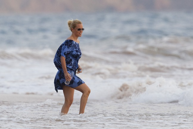 Jenny McCarthy, blue dress, blue beach cover up, Hawaii, ponytail, sunglasses, floral print dress