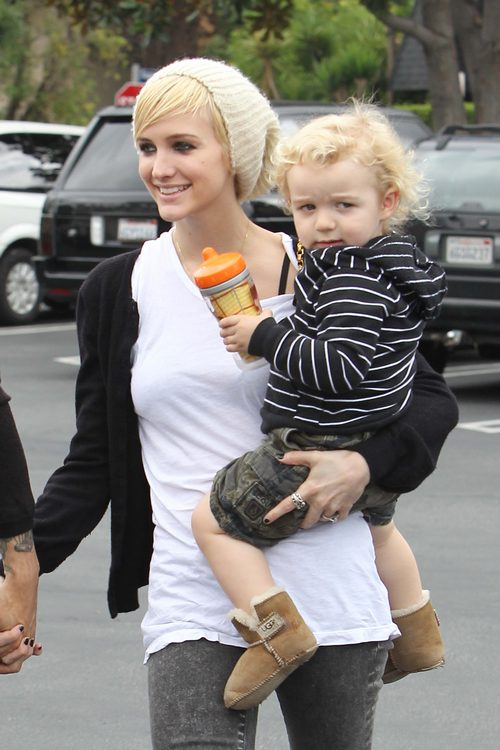 Ashlee Simpson, white t-shirt, black sweatshirt, knit hat