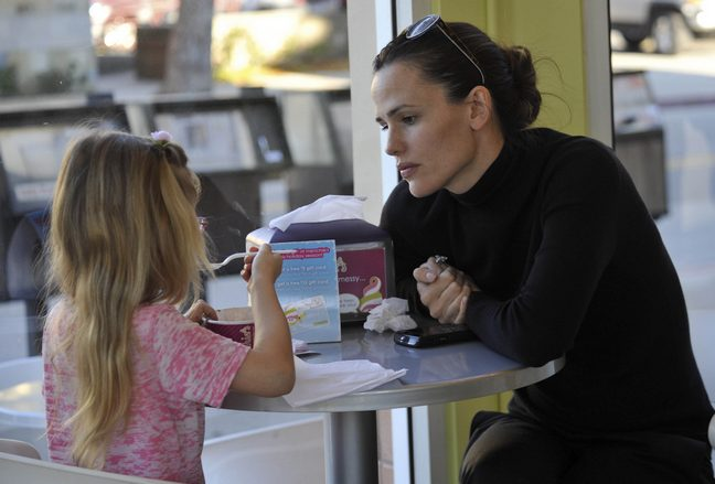 jennifer garner, black shirt, black pants