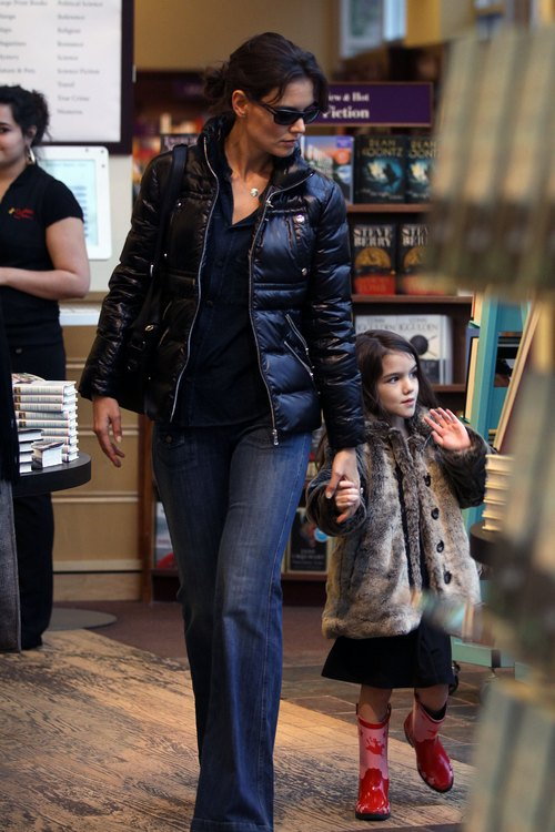 Katie Holmes, Black winter coat, jeans, sunglasses
