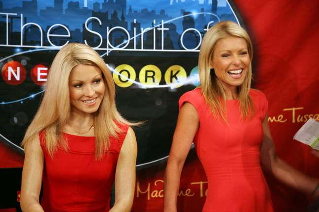 Kelly Ripa red dress