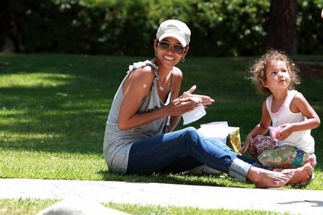 halle berry, hat, gray shirt, jeans