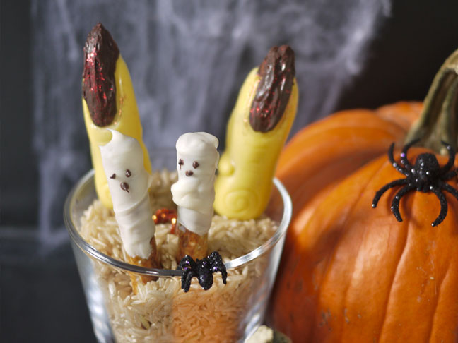 Easy Last Minute Halloween Pretzel Ghosts