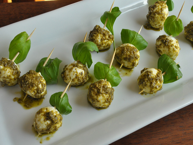 Pesto-Dipped Boconcinni Bites Recipe
