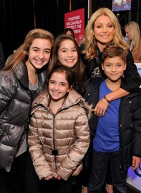 Kelly Ripa Celeb Mom
