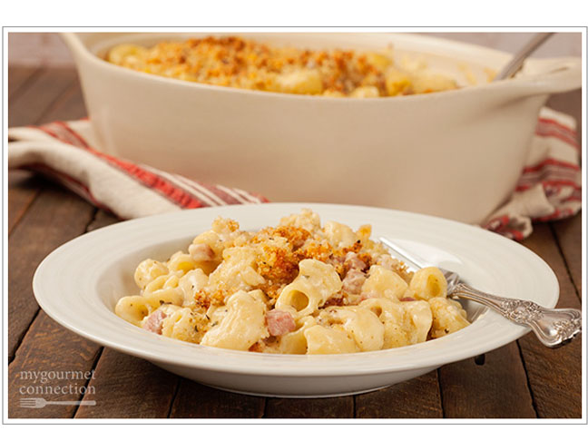 macaroni and cheese topped with breadcrumbs