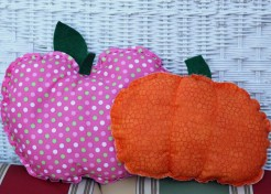 [FREE PATTERN] Apple and Pumpkin Hand Stitched Pillows