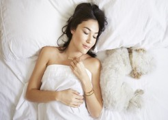 8 Reasons Why You Should Sleep Naked, According to Science