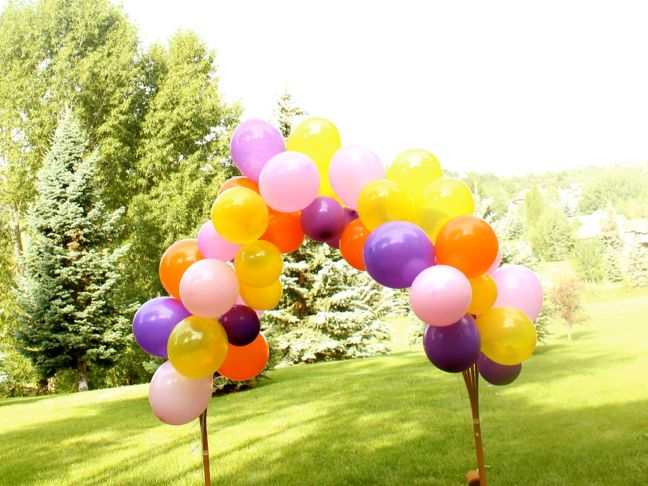 pink-red-yellow-balloons-diy-lemonade-stand-summer-tiki-torches