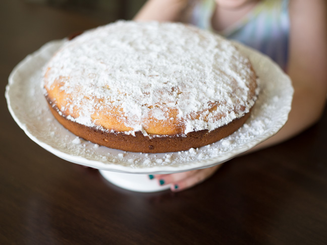 cake-powdered-sugar-hands