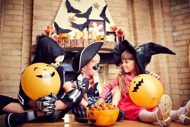kids-halloween-eating-candy