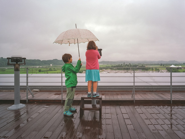 kids-in-rain-sightseeing