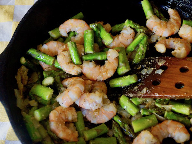 green-pink-shrimp-asparagus-black iron skillet