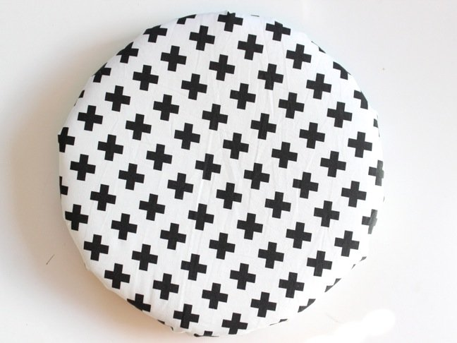 black-and-white-modern-cross-fabric-round-chair-pad