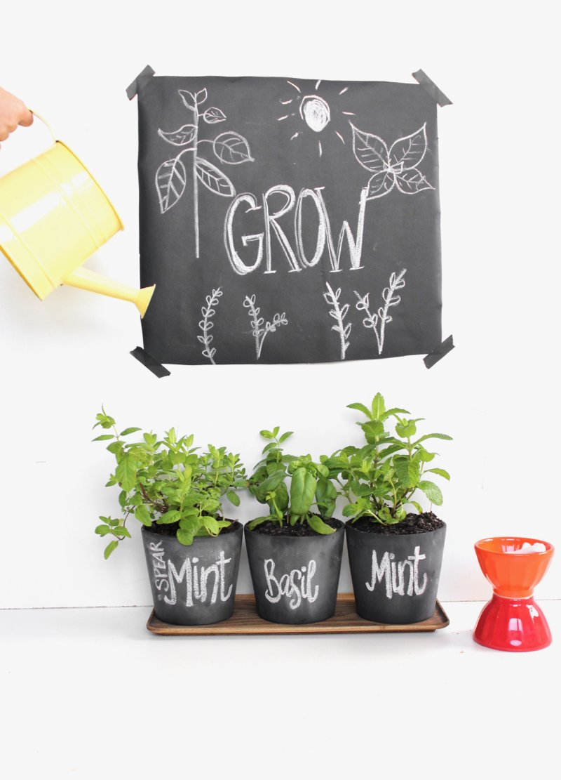 These DIY Chalkboard Planters Make It So Easy To Label Plants