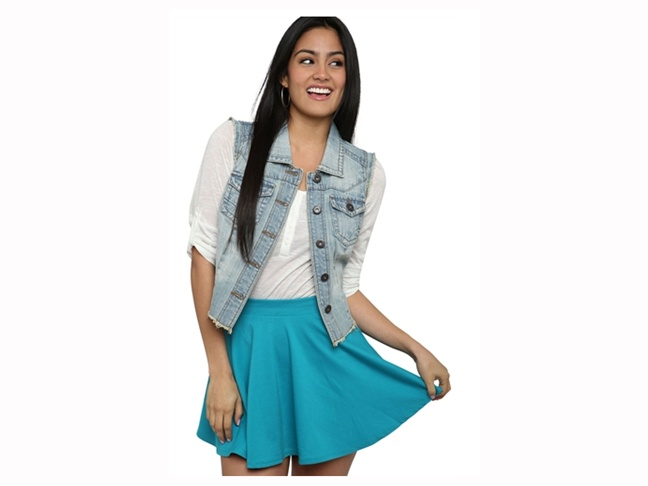 These online clothes shopping sites provide a wide variety of options for teenage clothes, ranging in styles and sizes to suit every taste. Sites specializing in trendy clothes, vintage clothes, affordable fashions and the like are plentiful, and it can be helpful to narrow down the search beyond the largest retailers and the biggest brands.